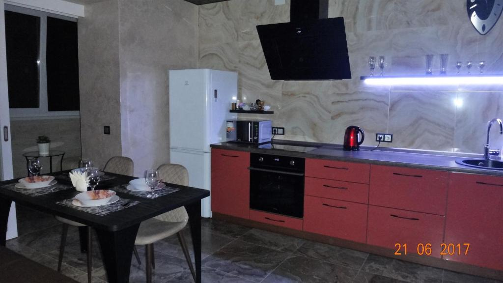 A kitchen or kitchenette at Транспортная 8