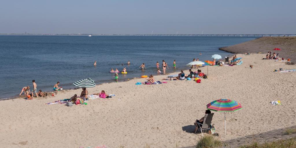 Een strand bij of vlak bij de villa