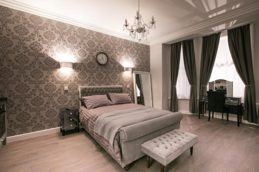 A bed or beds in a room at No 10 The Abbey
