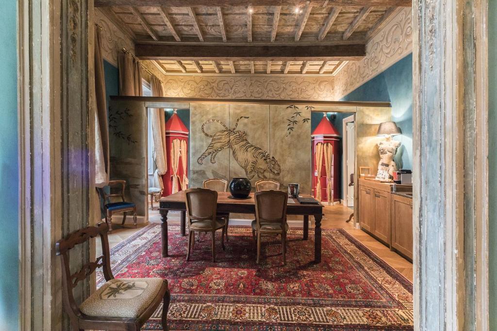 Uma área de estar em Hemeras Boutique Homes 4 Suites in Milan Fashion District