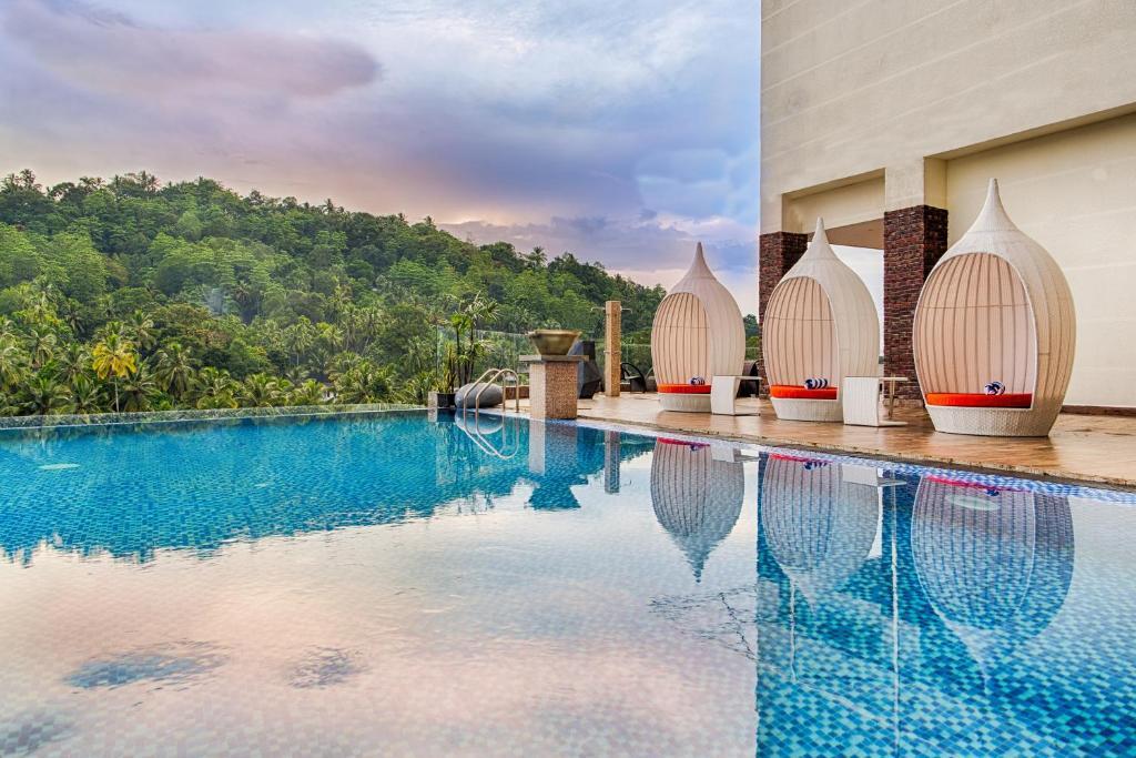 المسبح في فندق ذي غولدن كراون أو بالجوار