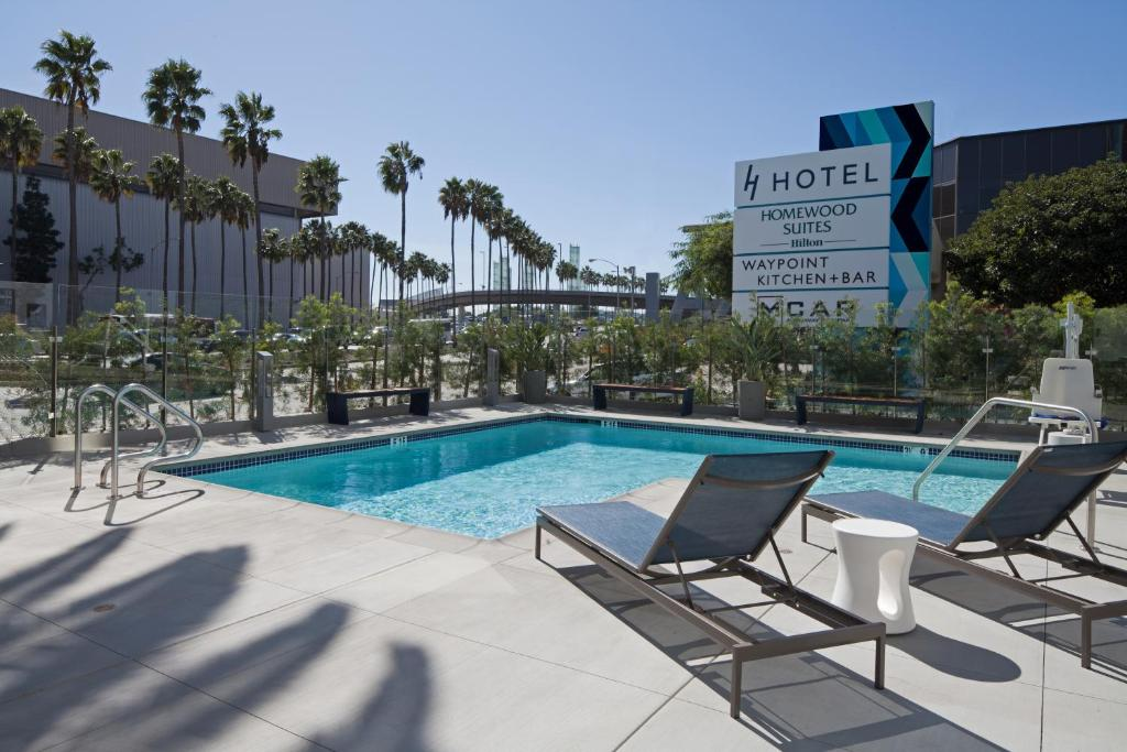 Der Swimmingpool an oder in der Nähe von Homewood Suites By Hilton Los Angeles International Airport