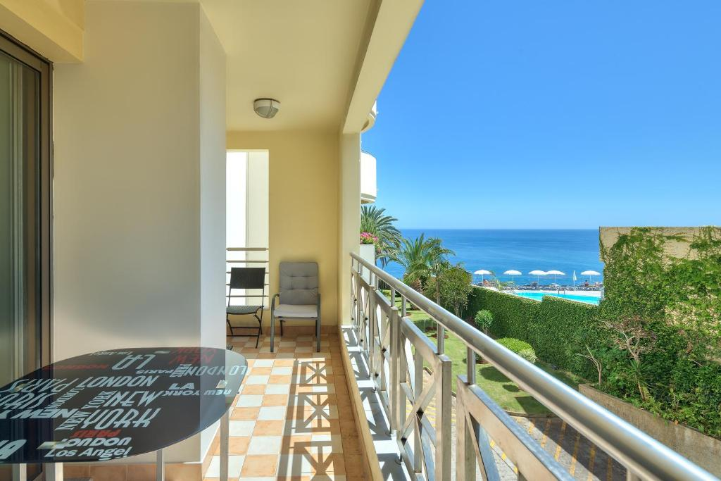 A balcony or terrace at Quinta Falesia Apartment