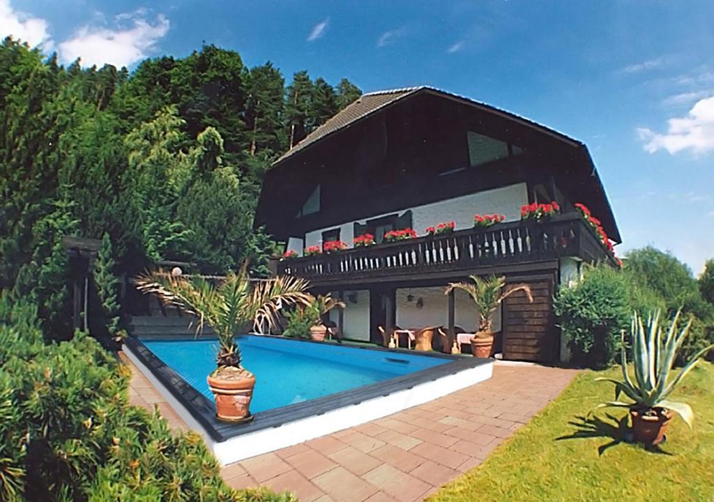 Der Swimmingpool an oder in der Nähe von Appartementhaus Schwarzwaldblick