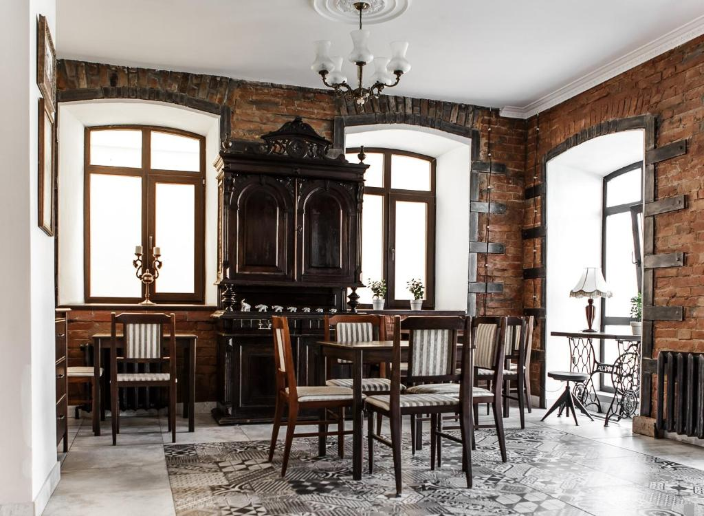 A restaurant or other place to eat at Brick Walls Hotel