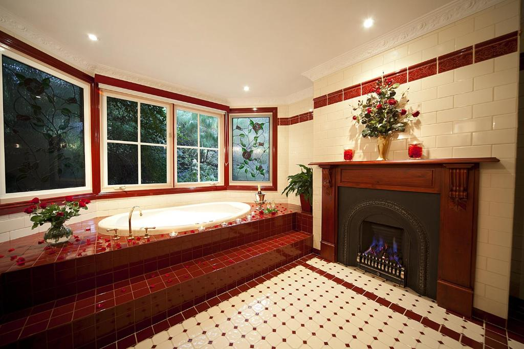 A bathroom at Mountain Whispers Leura Rose
