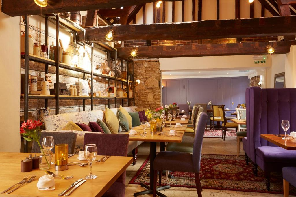 A restaurant or other place to eat at White Hart Hotel
