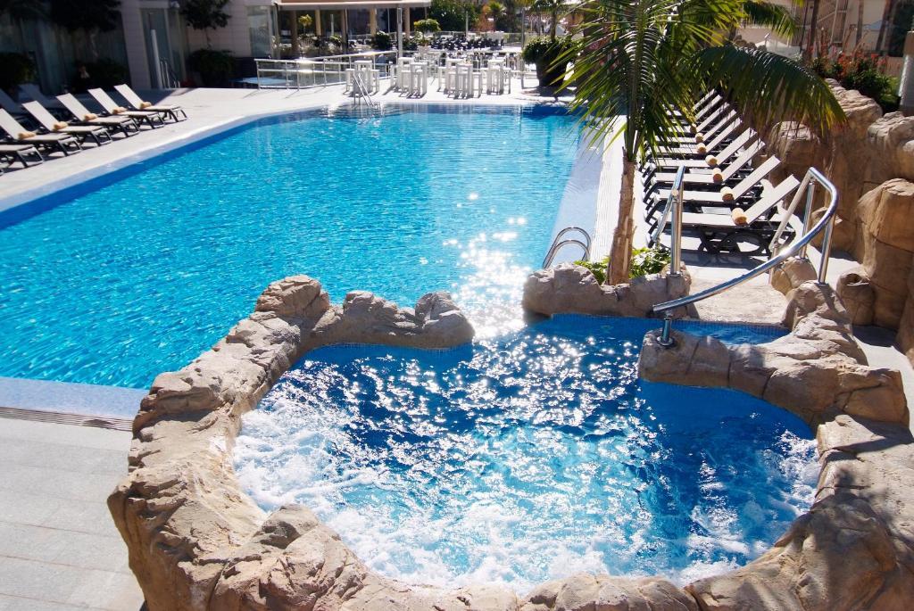 Het zwembad bij of vlak bij Sandos Monaco
