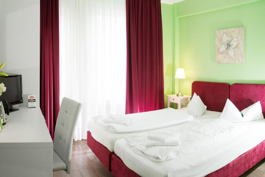 A bed or beds in a room at Barcelona Bed & Breakfast