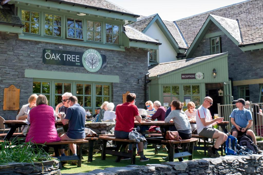 A restaurant or other place to eat at Oak Tree Inn