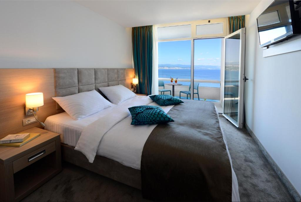 A bed or beds in a room at Grand Hotel Adriatic II