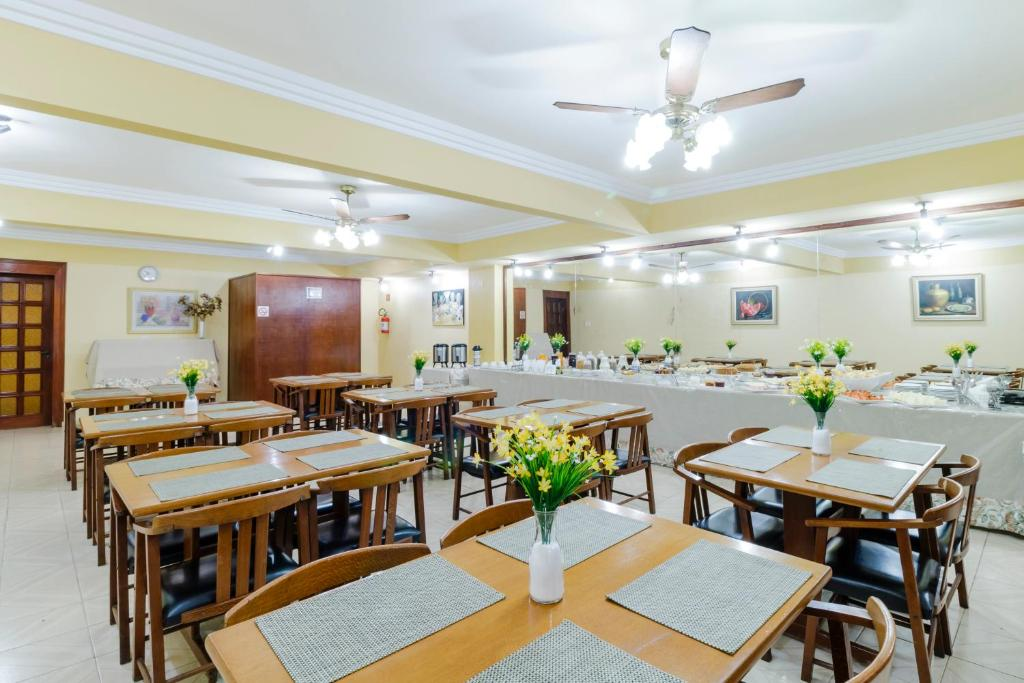 A restaurant or other place to eat at Hotel Acacia