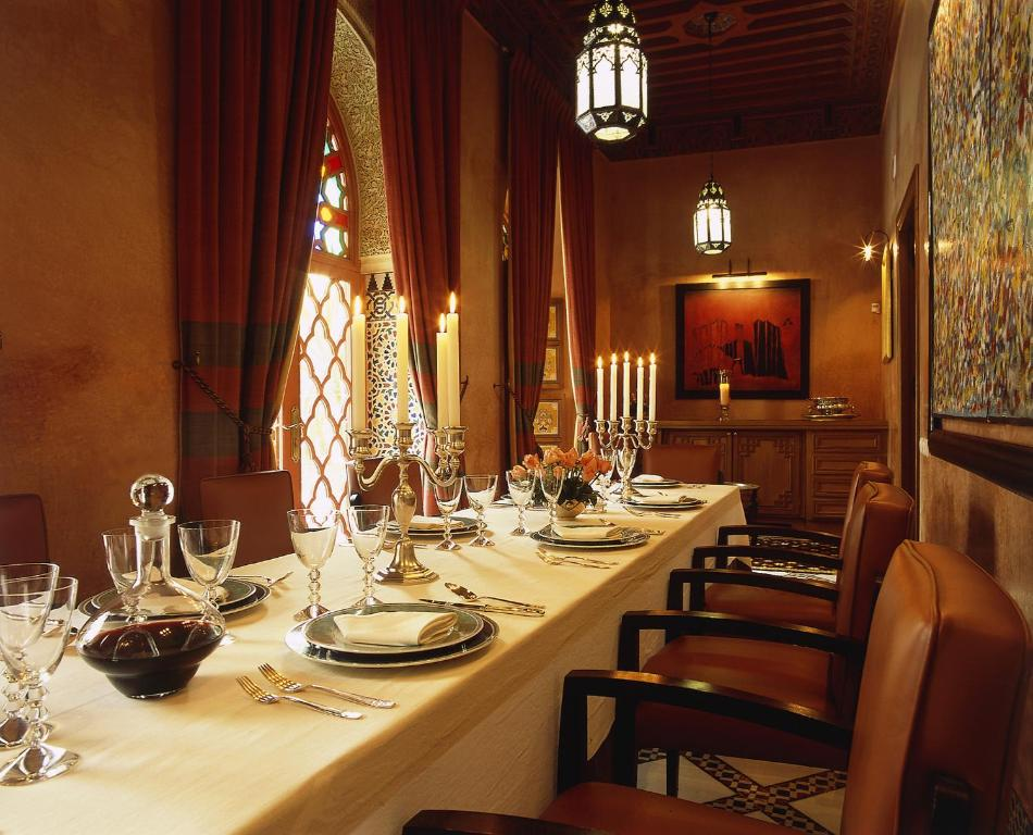 A restaurant or other place to eat at Riad Al Moussika