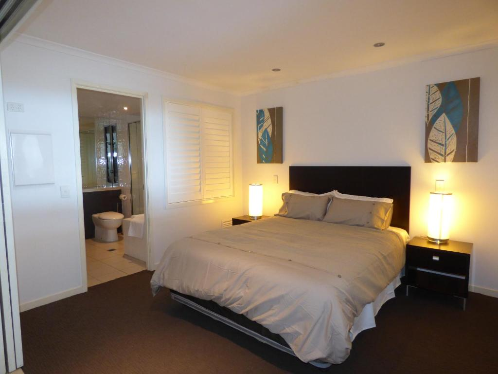A bed or beds in a room at Marina View Apartment