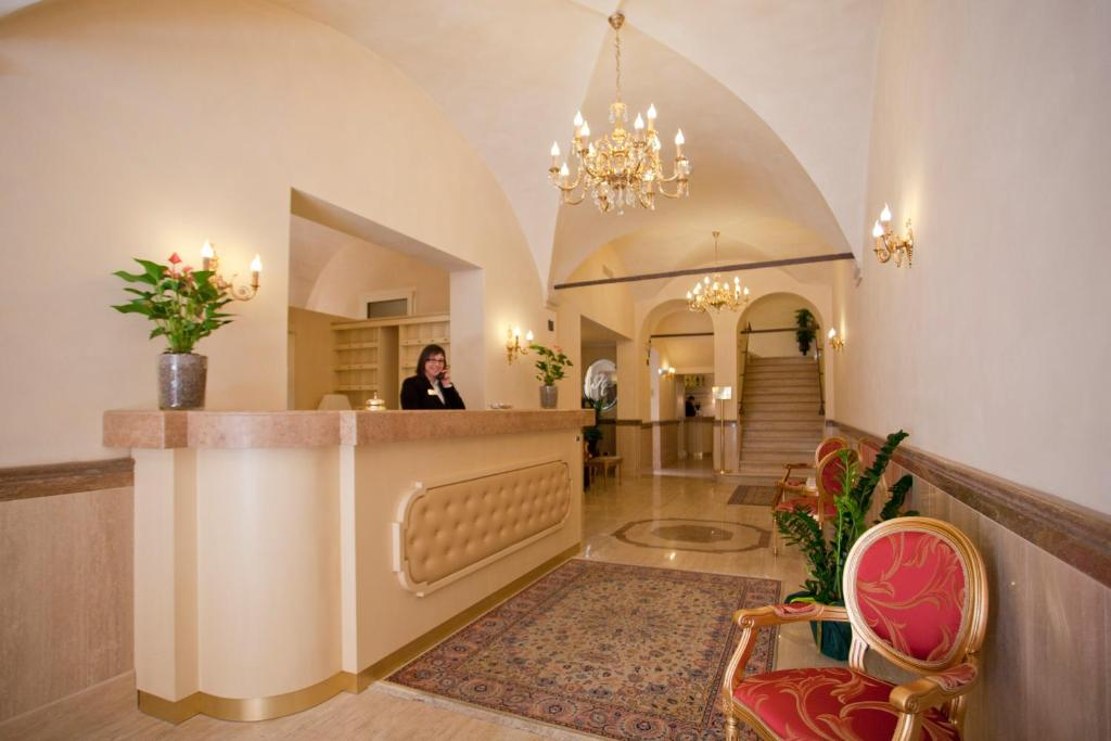 The lobby or reception area at Hotel Cavour