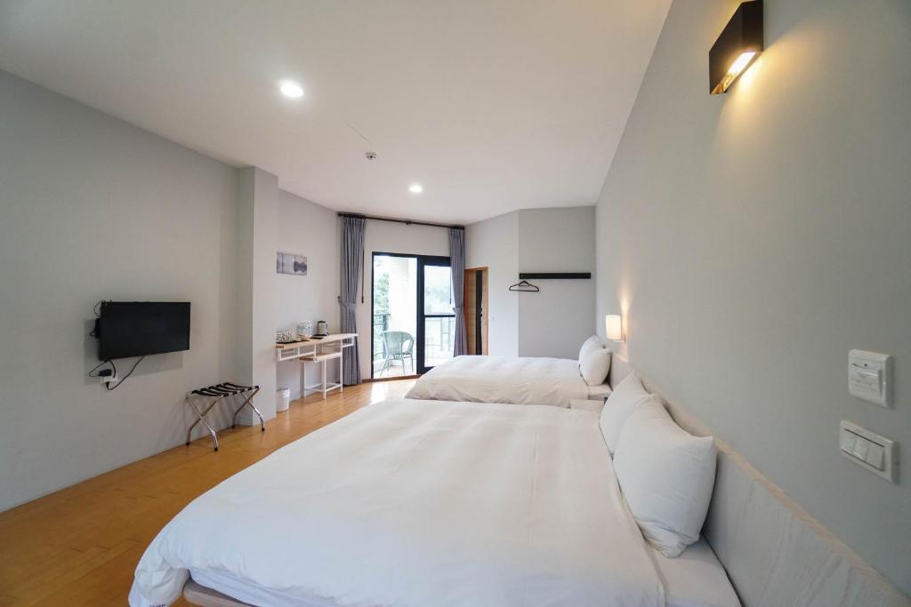 A bed or beds in a room at Xi Tou in Sunny Day Inn