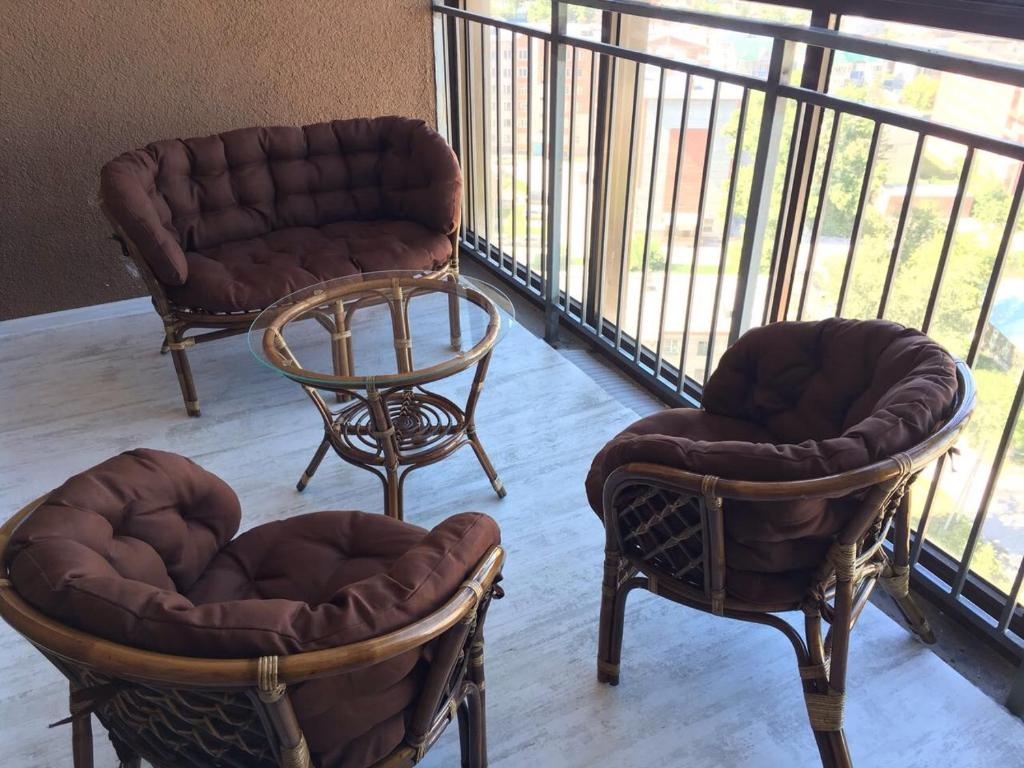 A seating area at Apartment on Karla Marksa 36