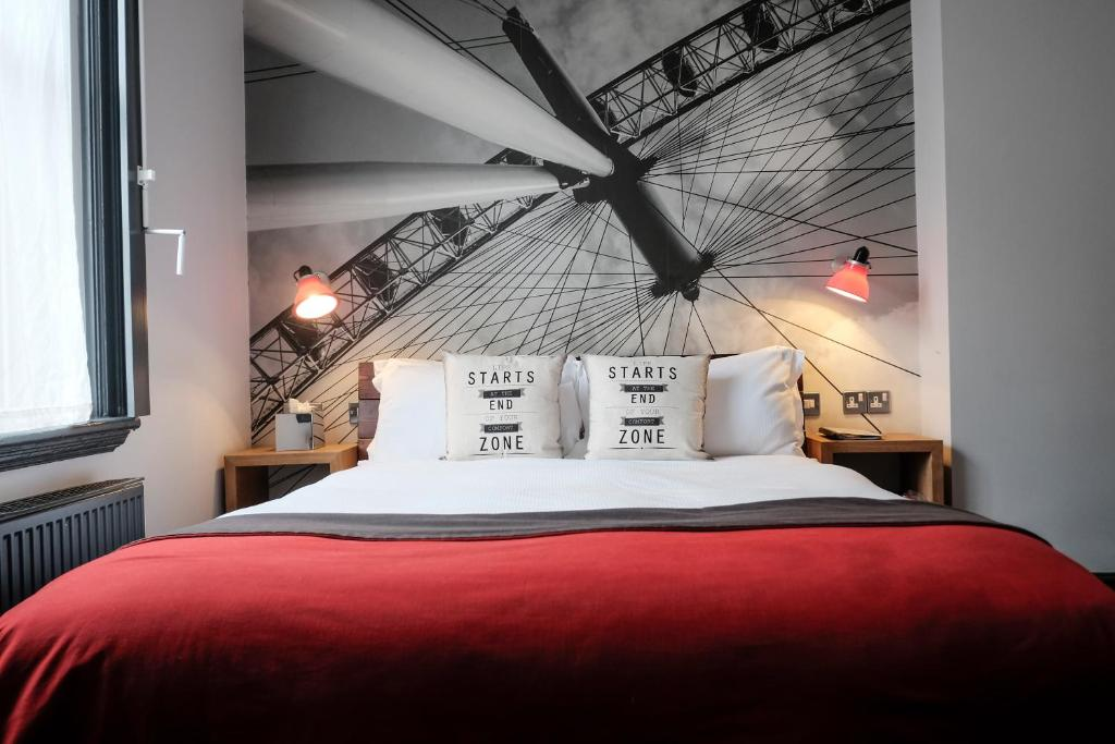 Een bed of bedden in een kamer bij The Wellington Hotel