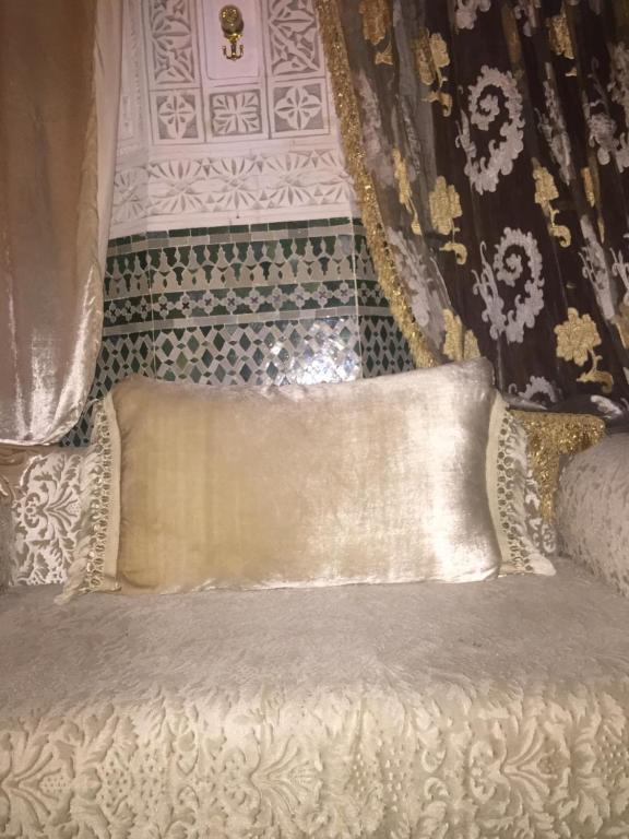 Ein Bett oder Betten in einem Zimmer der Unterkunft riad sahar fes
