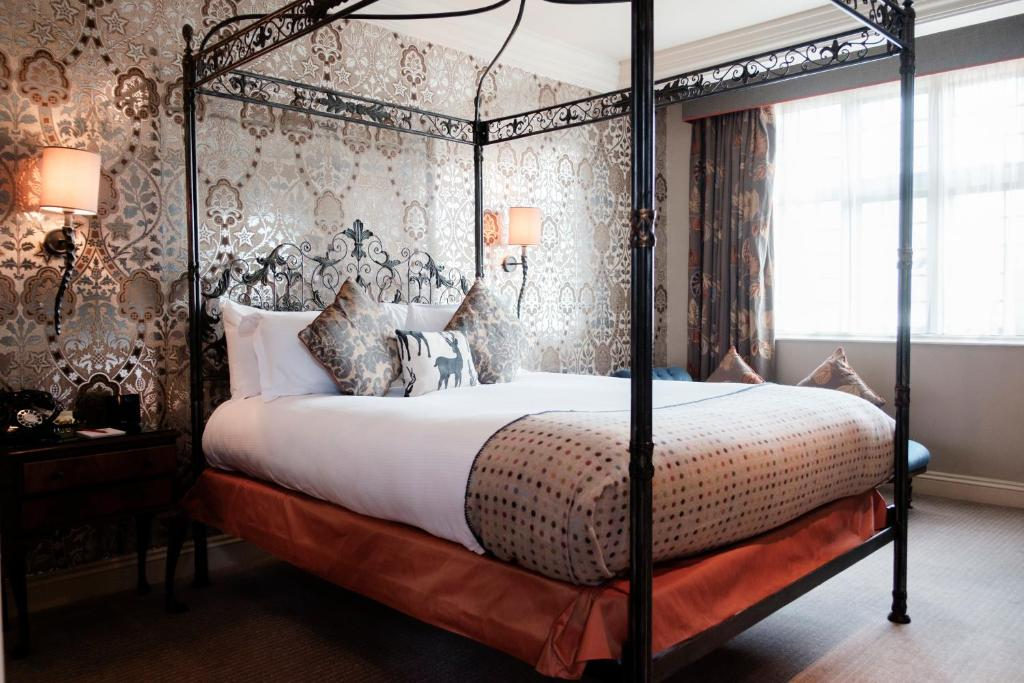 A bed or beds in a room at The White Hart Hotel