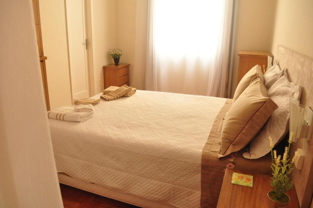 A bed or beds in a room at Apartamento no Centro