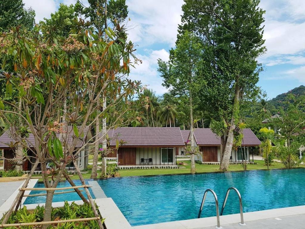 The swimming pool at or close to Evergreen Koh Chang Resort