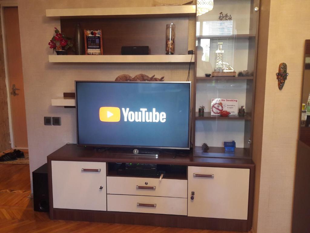 Uma TV ou centro de entretenimento em Comfortable, close center