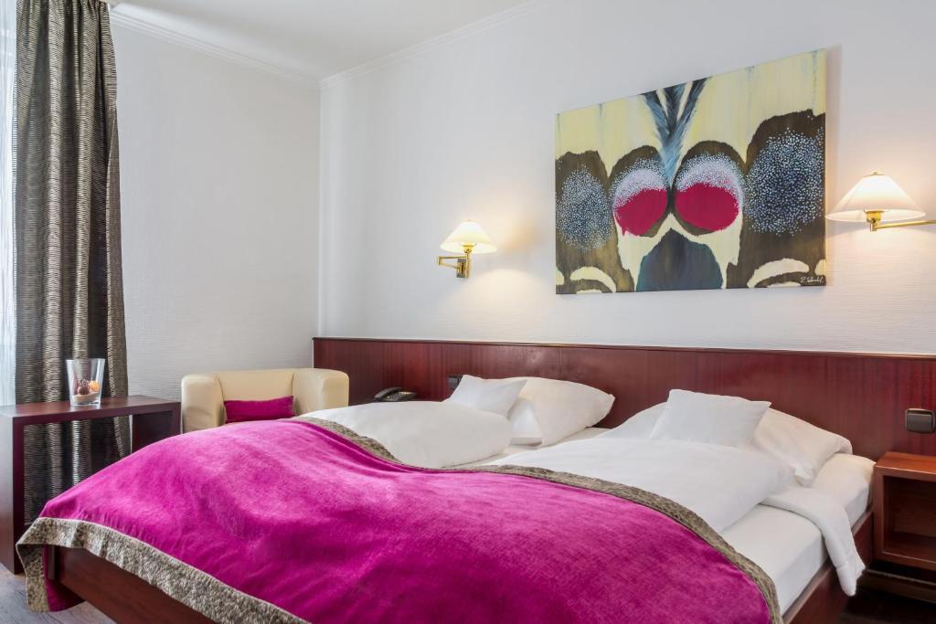 سرير أو أسرّة في غرفة في فندق سنترال