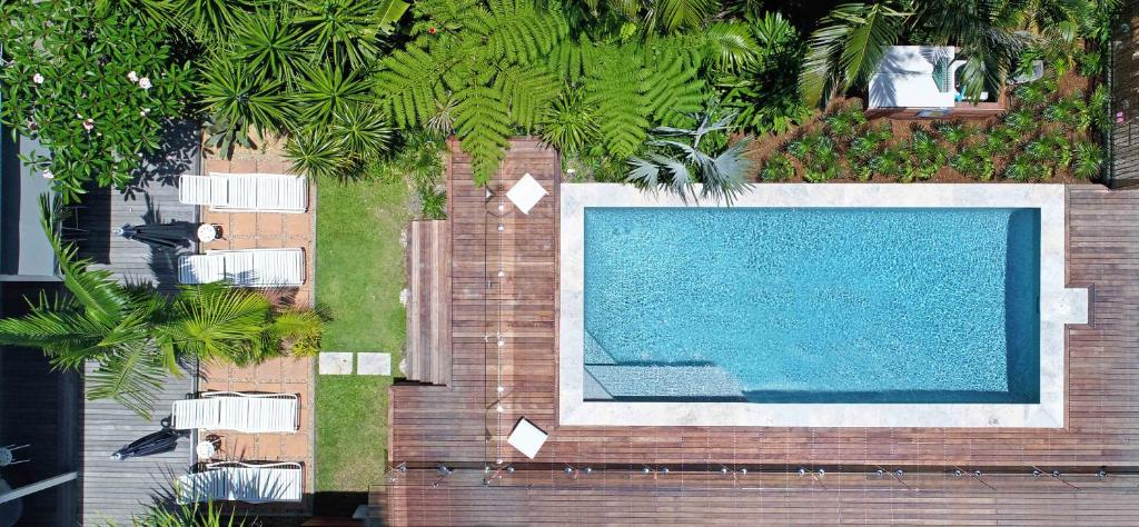 A view of the pool at Byron Palms Guesthouse or nearby