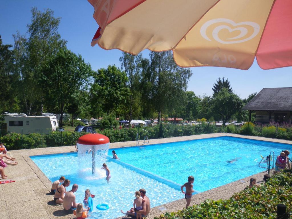 Der Swimmingpool an oder in der Nähe von Country Camp camping Auf Kengert