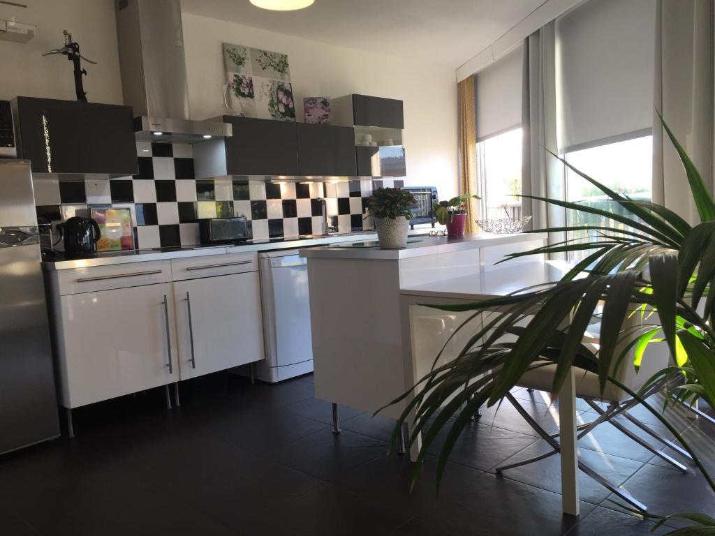 A kitchen or kitchenette at Tu Casa