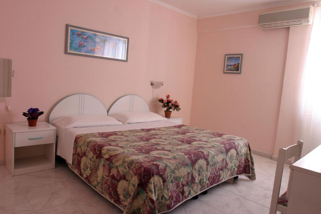 A bed or beds in a room at Hotel Da Raffaele