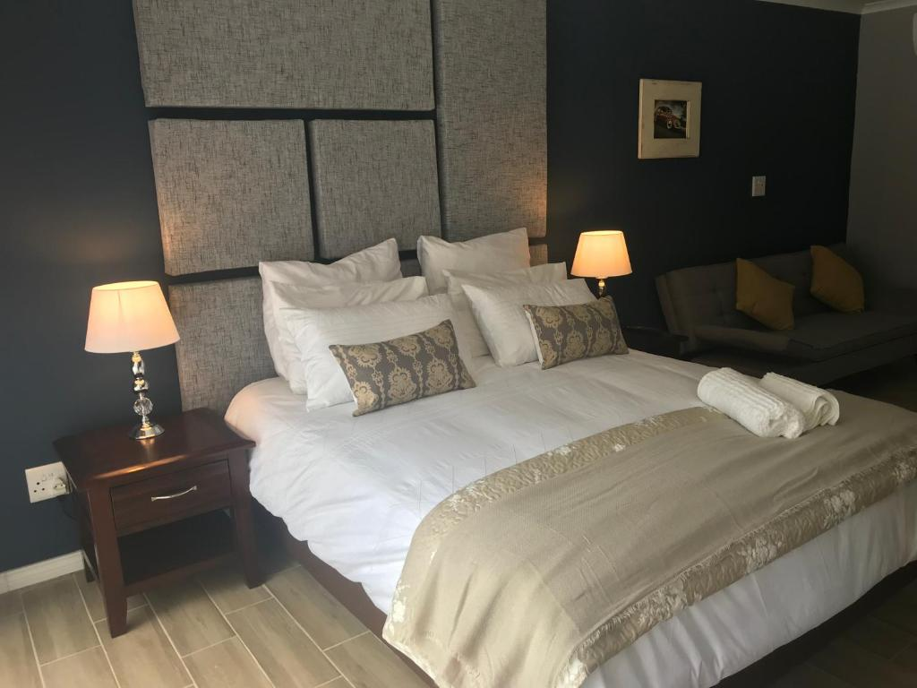 A bed or beds in a room at La Benroy