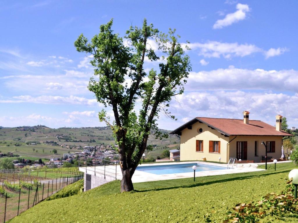 Spacious Farmhouse in Santa Maria della Versa with Pool