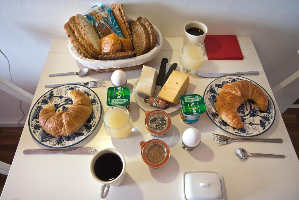 Breakfast options available to guests at B&B Plek voor Pelgrims
