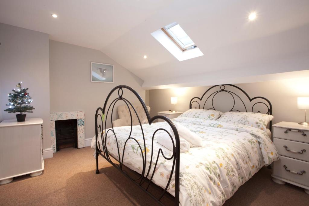 A bed or beds in a room at Two Bedroom Luxury Apartment by Town Hall