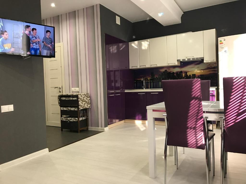 A television and/or entertainment center at Apartment on Bogdana Khmelnitskogo
