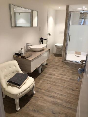 A bathroom at Le séquoia