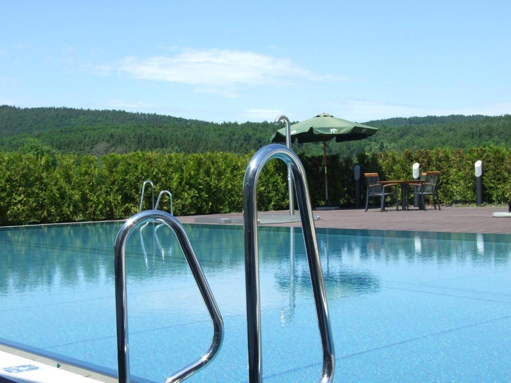 Bazén v ubytování Hotel Beroun Golf Club nebo v jeho okolí