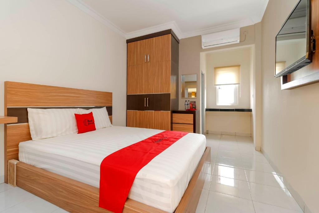 A bed or beds in a room at RedDoorz Plus near Palembang Square Mall