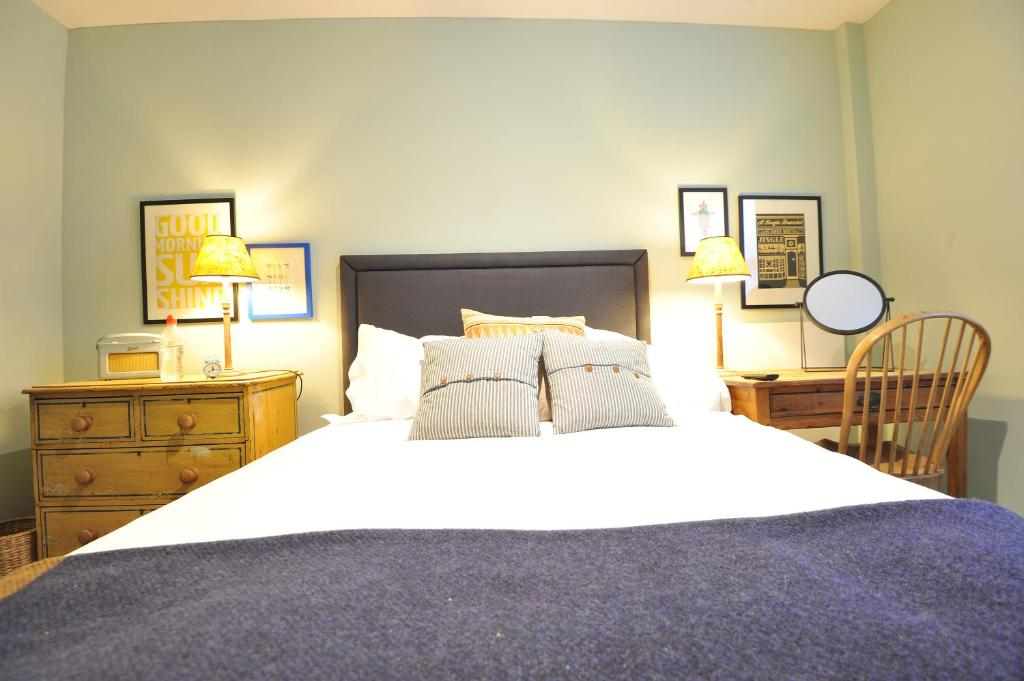 A bed or beds in a room at Bel and the Dragon-Reading