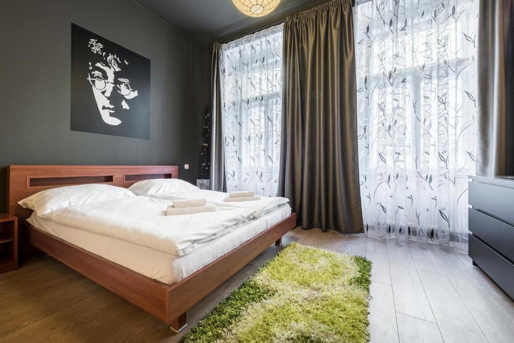 Кровать или кровати в номере Meet of Prague Apartment