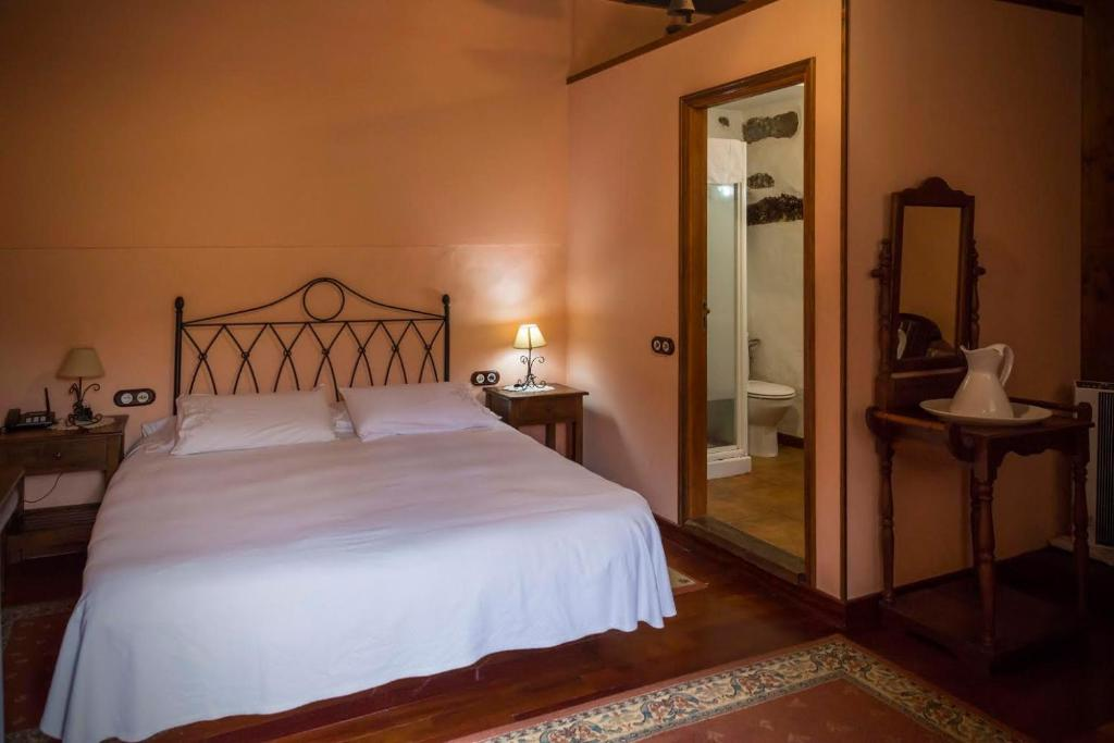A bed or beds in a room at Hotel Rural Orotava