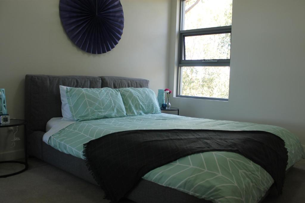 A bed or beds in a room at Exquisite Family Home +Parking, Close to CBD