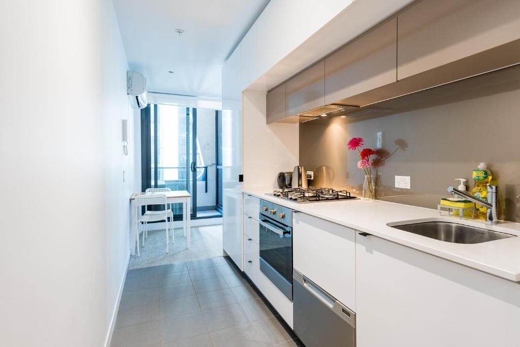 A kitchen or kitchenette at ON CLOUD9Melbourne CBD Modern 1BR - MY80