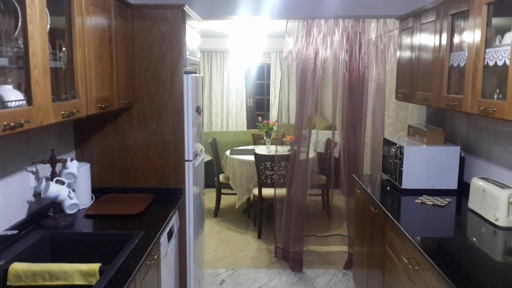 A kitchen or kitchenette at Rez-de-chaussée de villa