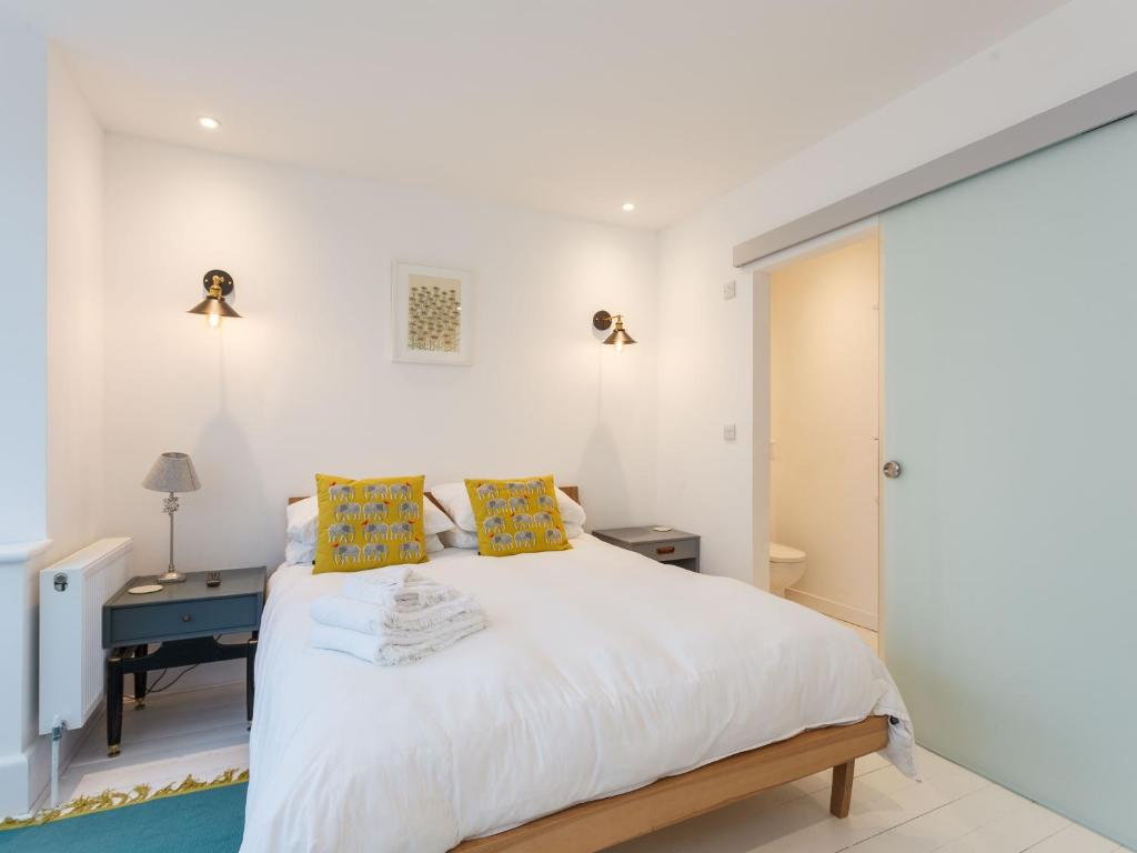 A bed or beds in a room at Dale House - Wanderlust Retreats