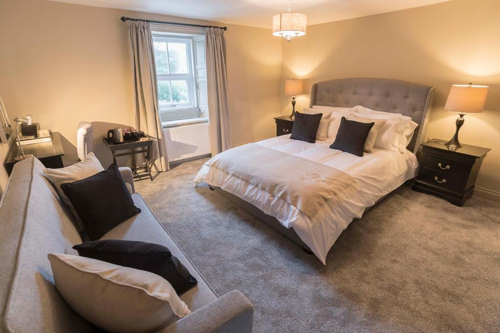 A bed or beds in a room at New Crown Inn