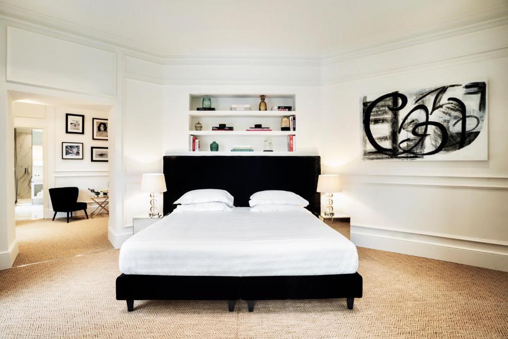Un ou plusieurs lits dans un hébergement de l'établissement The Shire Hotel