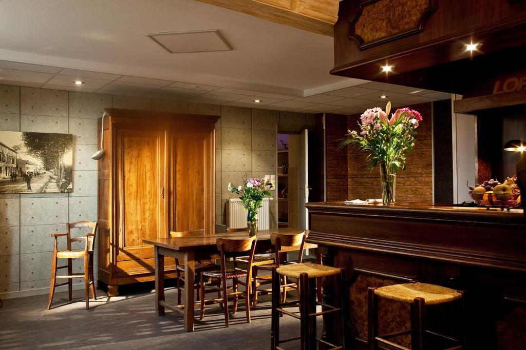 A restaurant or other place to eat at Le Jardin de la Reyssouze
